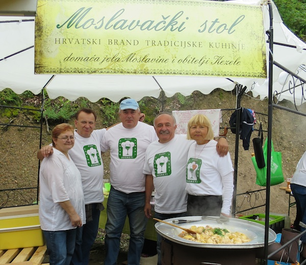 Moslavci: ekipa Moslavačkog stola s Moslavčanima iz ocjenjivačkoga suda Dragom Kezeleom i Božicom Brkan (Fotografija Miljenko Brezak)