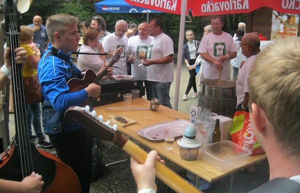 Ne može se kuhati čobanac, a da Slavonci oko njega ne zapjevaju (Fotografija Miljenko Brezak)