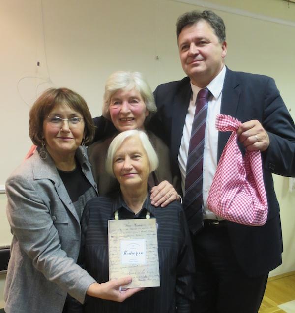 Autorice s graodnačelnikom kojem su darivale pinklec (Fotografija Božica Brkan / Oblizeki)
