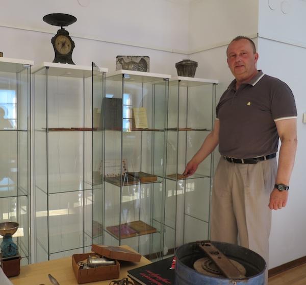 Zlatko Puntijar s dijelom izložaka iz svoga zagrebačkog muzeja (Fotografija MIljenko Brezak / Oblizeki)