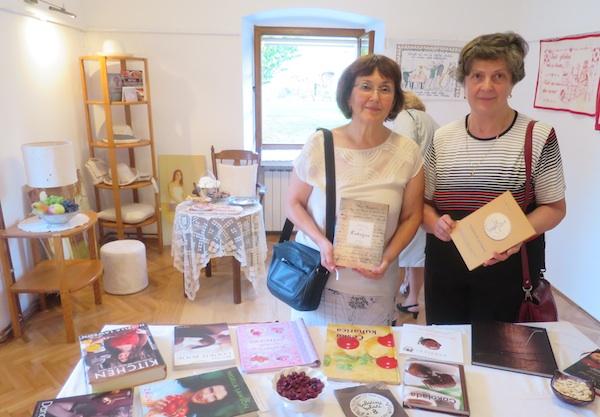 Dugoselke Vesna Vladić i Mira Katarina Zorić prošle godine objavile su svoje, sada i izložene lokalne kuharice (Fotografija Miljenko Brezak / Oblizeki)