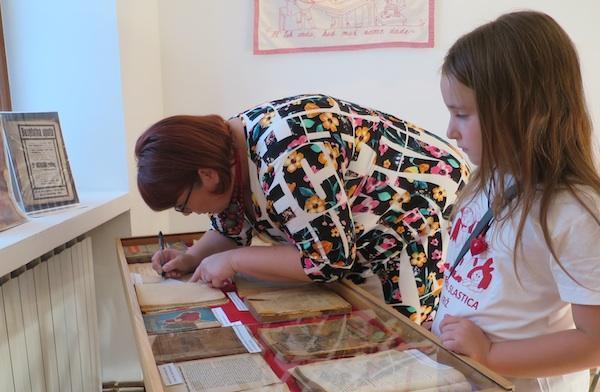Jana i mama Ivana prije priprema slastica radile su i na pripremi izložbe požutjelih recepata (Fotografija Miljenko Brezak / Oblizeki)