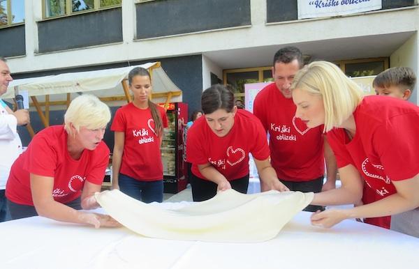 Nije važno što je Edita Misirić sa svojom ekipom pobijedila u pripremi štrudle, nego što se sve rasprodalo (Fotografija Miljenko Brezak / Oblizeki)