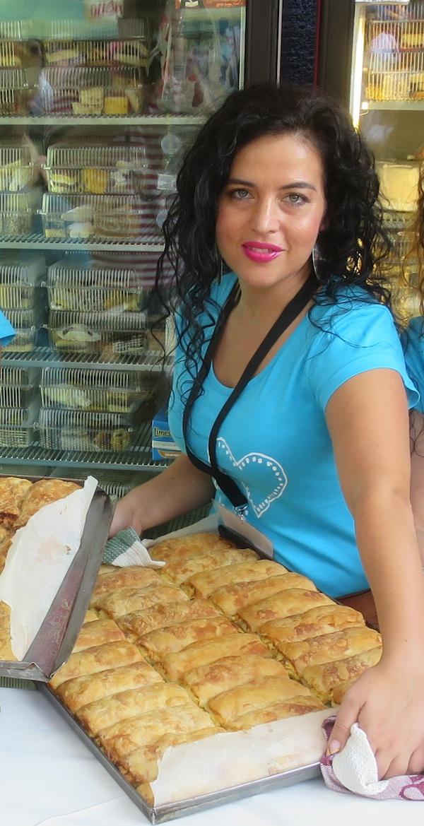 Maja Lajpold u ulozi volonterke koja prodaje štrudl za humanitarnu namjenu (Fotografija Miljenko Brezak / Oblizeki)
