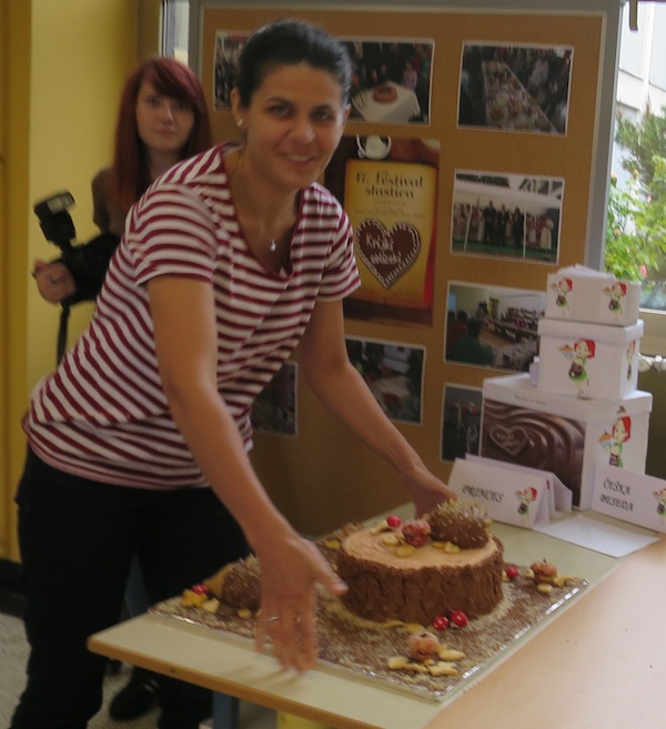 Nikolina Horvat Rabuzin predaje na ocjenjivanje prošlogodišnju tortu Panj, nagrađenu Mirom Todorić (Fotografija Miljenko Brezak / Oblizeki)