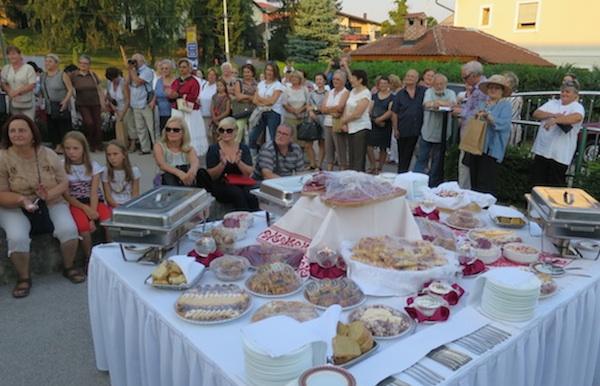 Publika na predstavljanju knjige i izložbeni stol (Fotografija Miljenko Brezak / Oblizeki)