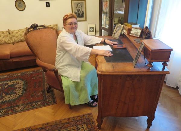 Božica Brkan za stolom i u stolcu Augusta Šenoe (Fotografija Miljenko Brezak / Oblizeki)