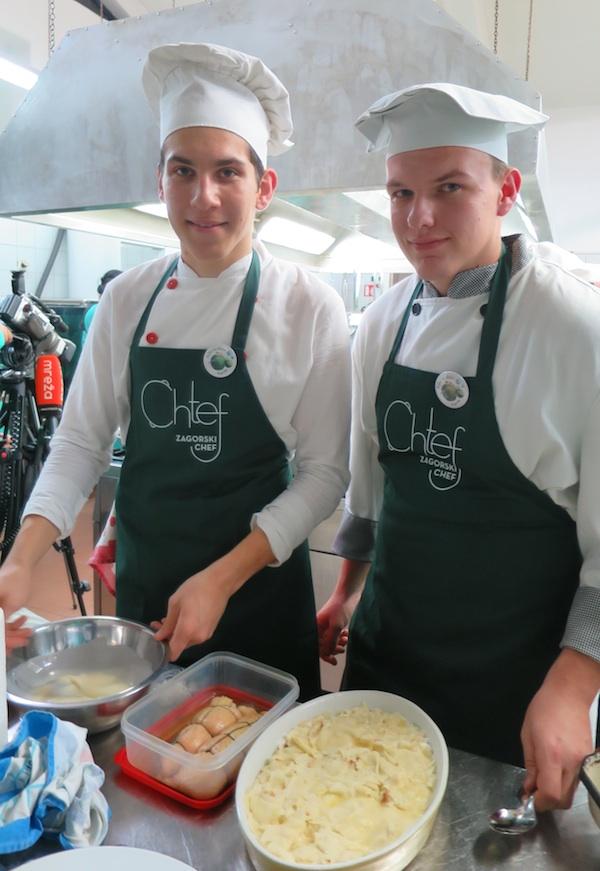 Učenici u kuhinji pripremaju hranu za ocjenjivanje (Fotografija Božica Brkan / Oblizeki)