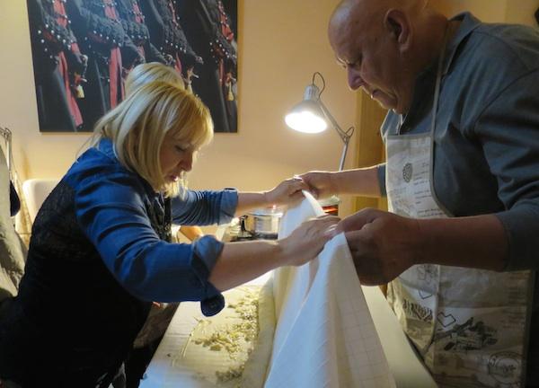 Radionica: novinari Marija Barić i Vjeko Madunić pripremaju savijaču s bučama i makon (Fotografija Božica Brkan / Oblizeki)