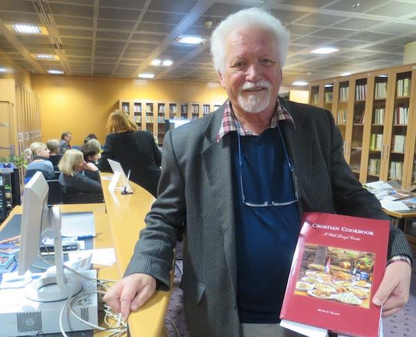 Chef Dennis Valcich s jednom od svojih hrvatskih kuharica na engleskom (Fotografija Miljenko Brezak / Oblizeki)