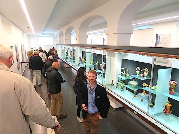 Mark Kincses iz Turističke zajedničke Mađarske, domaćin gastronautima u začudnoj zbirci Zsolnayeve keramike (Fotografija Božica Brkan/ Oblizeki)