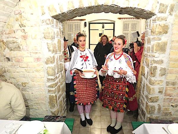 Mlade mađarske Hrvatice-Šokice u lijepim svojim nošnjama poslužuju šokački gulaš-grah (Fotografija Miljenko Brezak / Oblizeki)