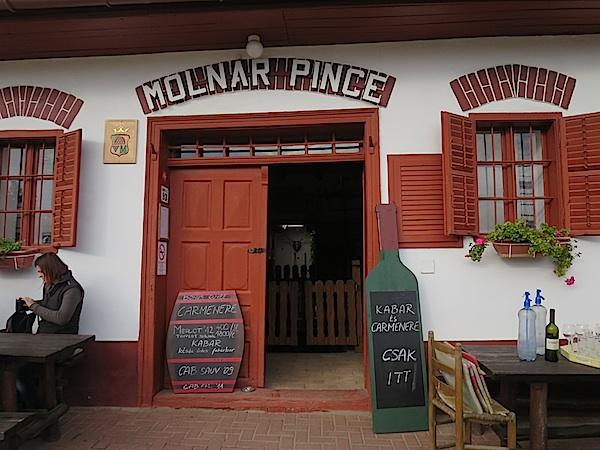 Gostima uvijek otvorena vrata, a ova su tek jedna u nizu vilanjskih gostionica (Fotografija Miljenko Brezak / Oblizeki)