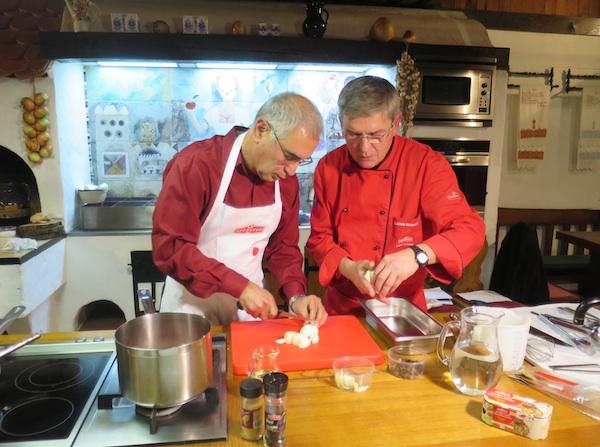 Bashit Shakawarz i kraljevski kuhar Zlatko Sedlanić zajednički u afganistanskoj kuhinji (Fotografija Miljenko Brezak / Oblizeki)