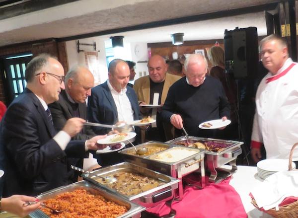 Prvi se poslužuju pjesnici da kušaju što su skuhali (Fotografija Miljenko Brezak / Oblizeki)