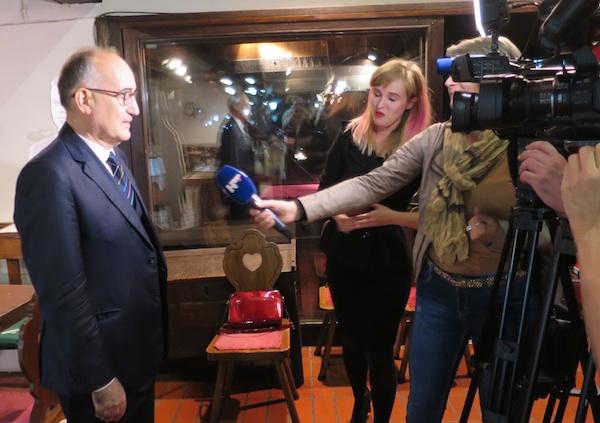 Pjesnik Štampuk daje izjavu novinarima (Fotografija Miljenko Brezak / Oblizeki)