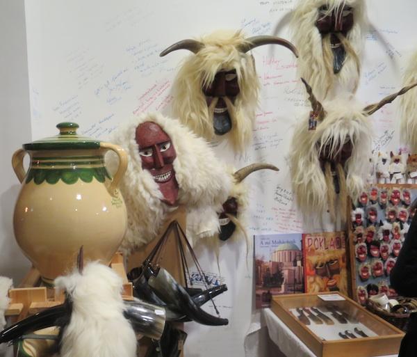 U Muzeju buša u Mohaču kao suvenire nude i maske i zemljane zdjele za kuhanje šokačkog graha (Fotografija Božica Brkan / Oblizeki)