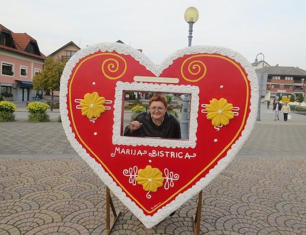 Urednica Oblizeka Božica Brkan na glavnome bistričkom trgu u licitarskome srdašcu (Fotografija Oblizeki)