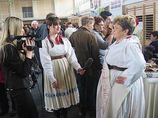 Ako zatreba, unuka postaje i asistentica pri davanju izjave (Fotografija Miljenko Brezak / Oblizeki)