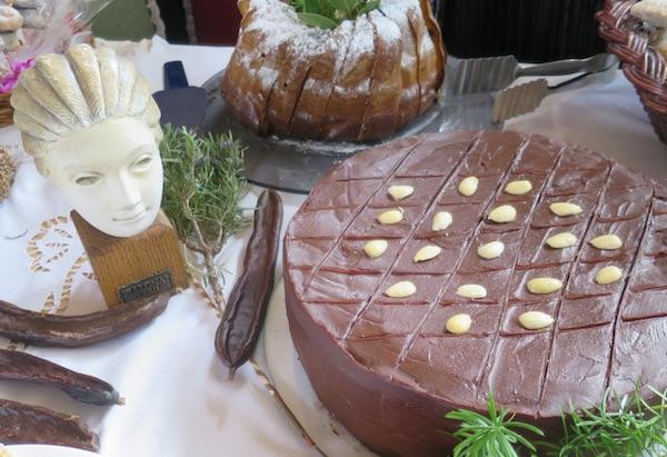 Dio stola Udruge Solinjani sa slavnom Solinjankom iz rimskih vremena i tortom od bajama (Fotografija Božica Brkan / Oblizeki)
