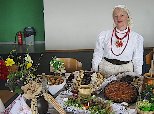 Gospođa Julijana sa svojim izložbenim stolom punim krasnih starinskih kolača (Fotografija Miljenko Brezak / Oblizeki)
