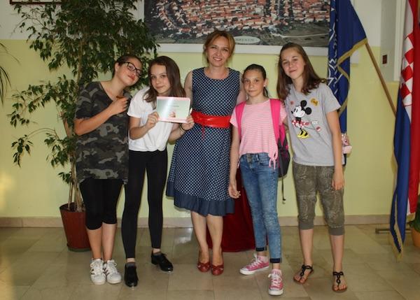Profesorica Katarina Hrgović sa svojim učenicama naprednim matematičarkama