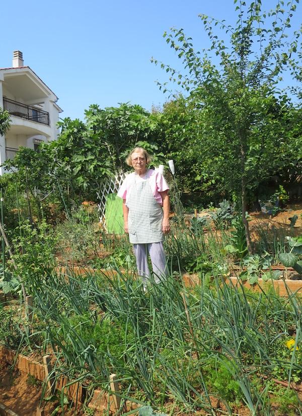 Ekopionirska Zlata Nanić u svome vrtu u Malinskoj ( Fotografija Božica Brkan / Oblizeki)