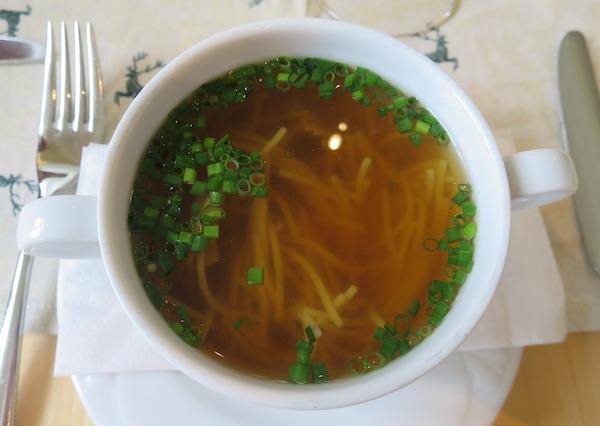 Jedan od načina posluživanja bistre juhe u koju su ukuhani rezanci, a ne zeleni se peršin nego vlasac (Fotografija Božica Brkan / Oblizeki)