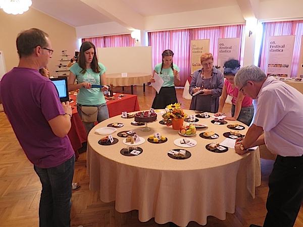 Ocjenjivački sud razgleda dodatno torte (Fotografija Miljenko Brezak / Oblizeki)