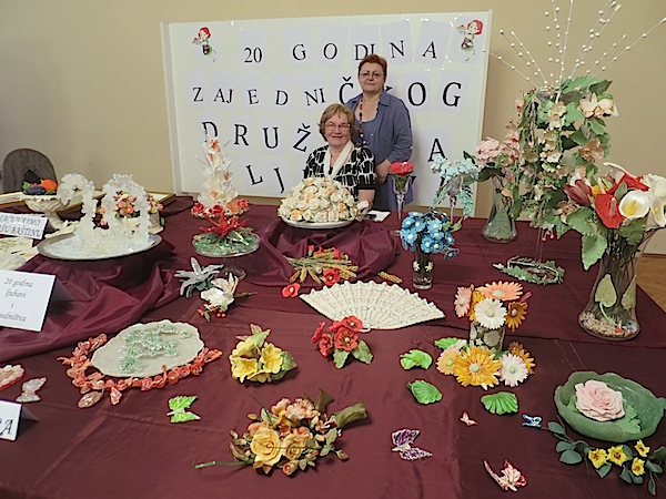 Sjajna dama i umjetnica vučenoga šećera Rozalija Kurjaković na svojoj kriškoj izložbi s autoricom teksta (Fotografija Miljenko Brezak / Oblizeki)