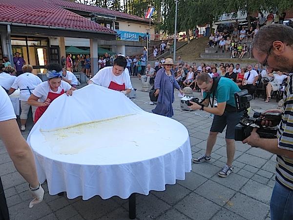 Tko će vještije razviti, uviti i ispeći bučnicu pred publikom: ekipa Zagrebačke županije (Fotografija Miljenko Brezak / Oblizeki)