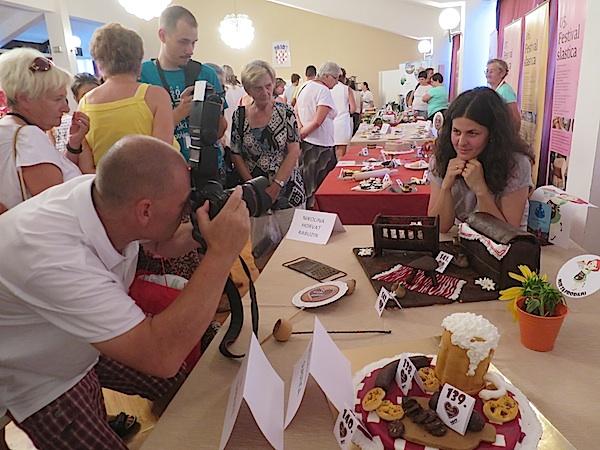Dobitnica nagrade Mira Todorić pred objektivima (Fotografija Miljenko Brezak / Oblizeki)