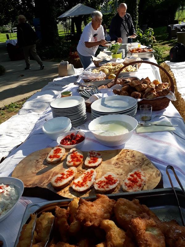 Pogled na stol za Žetveni doručak (Fotografija Miljenko Brezak / Oblizeki)