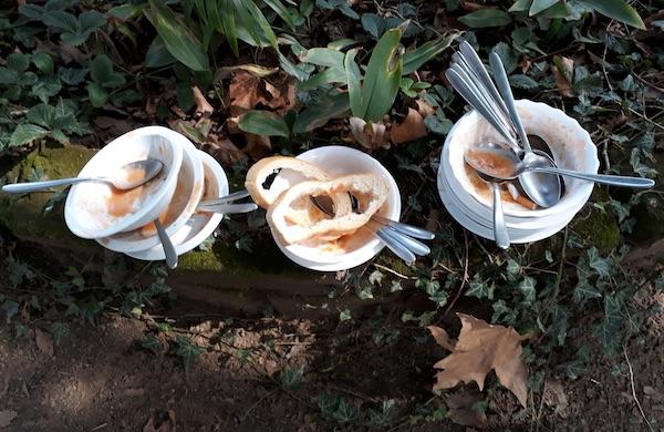 Poslije kušanja na otvorenu: tanjuri prazni, ostavljeni u travi (Fotografija Božica Brkan / Oblizeki)
