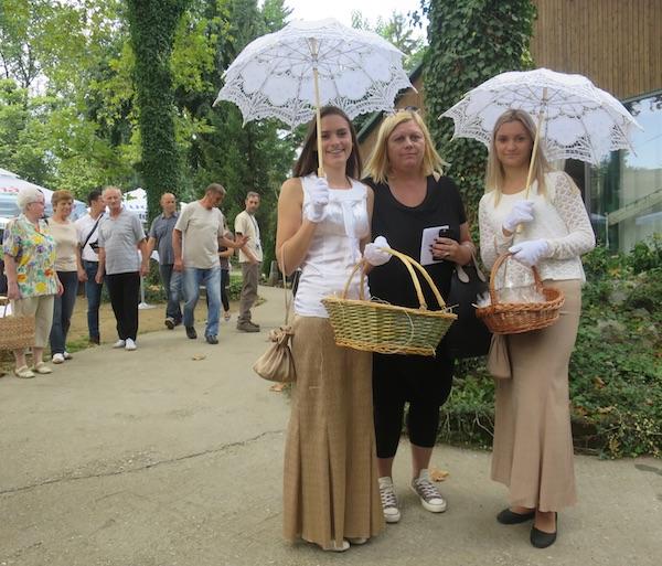 Profesorica sa svojim učenicama u posebno kreiranoj odjeći (Fotografija Miljenko Brezak / Oblizeki)