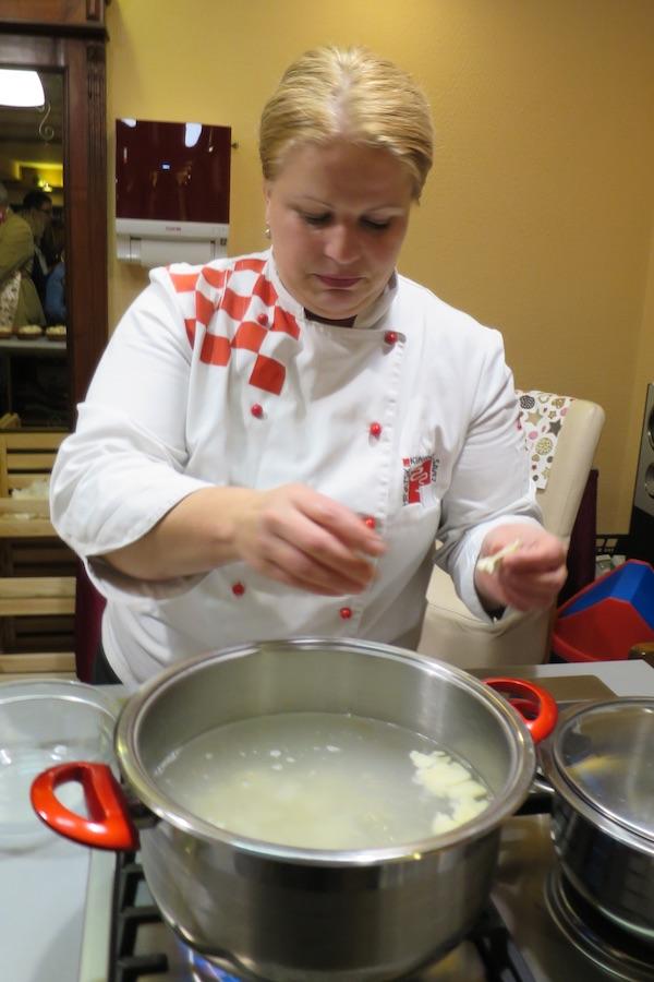 Kuharica Slađanja demonstrira pripremu trganaca u kuharskoj školi u Međimurju (Fotografija Božica Brkan / Oblizeki)