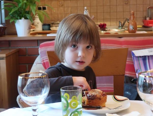 Trogodišnja unučica Dora Martan obožava bakinu zdiganu gibanicu (Fotografija Božica Brkan / Oblizeki)
