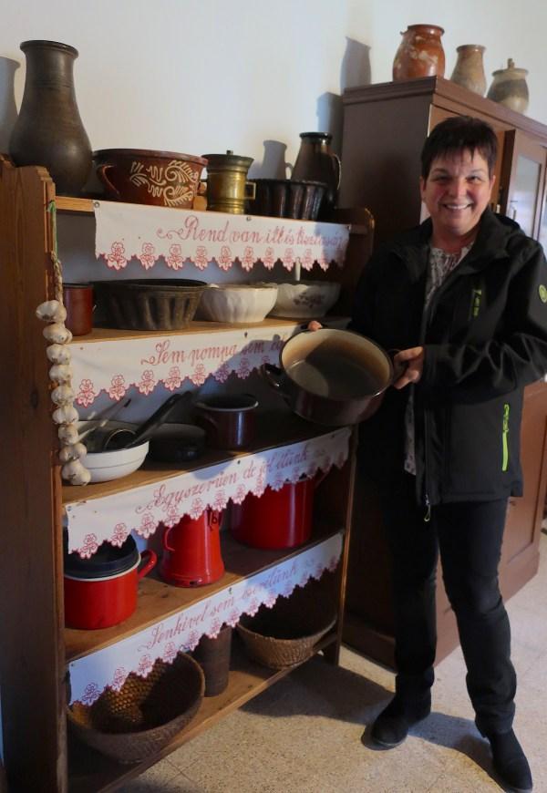 Gospođa Ana u seoskoj Hiži vridnosti s posudom u kojoj je donedavno kuhala njezina svekrva (Fotografija Božica Brkan / Oblizeki)