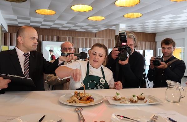 Mlada drugonagrađena chefica Nikolina dovršava svoje jelo pred ocjenjivačkim sudom ( Fotografija Božica Brkan / Oblizeki)