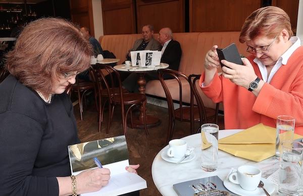 Autoričina posveta autorici teksta, odnosno, kako je napisala dragoj prijateljici i dugogodišnjoj suputnici (Fotografija Miljenko Brezak / Oblizeki)