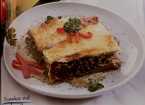 Musaka od pečenih paprika iz Mediterana za stolom, fotografija Hrvoje Serdar