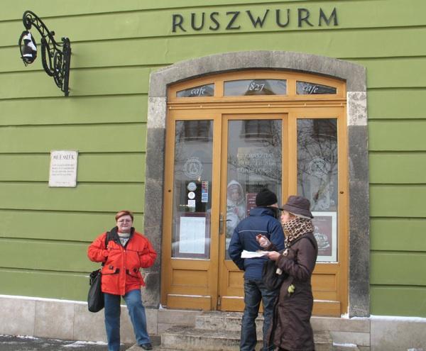 Božica Brkan ispred slavne slastičarnice ( Fotografija Oblizeki)