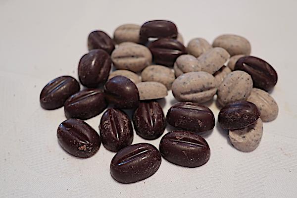 Kava u bijeloj i crnoj čokoladi oblikovana u kavina crna (Fotografija Božica Brkan / Oblizeki)
