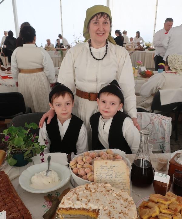 Đurđica Pilar za svjim izložbenim stolom s unucima (Fotografija Miljenko Brezak / Oblizeki)