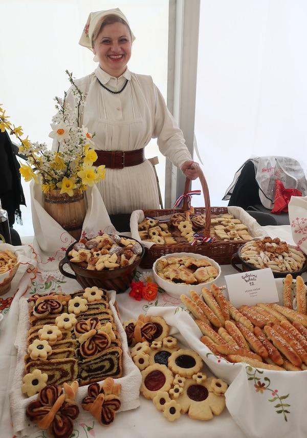 Vesna Hršak s odličnim stolom i na 12. Babičinim kolačima (Fotografija Miljenko Brezak / Oblizeki)