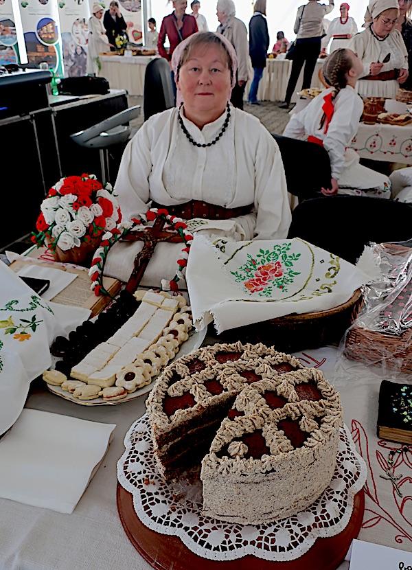 Božica Lacković za svojim izlagačkim stolom na 12. Babičinim kolačima u svome Oroslavju (Fotografija Miljenko brezak / Oblizeki)