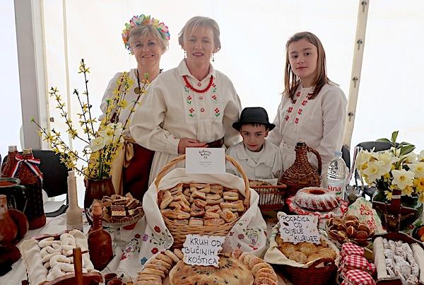 Gospođa Sanja za svojim izlagačkim stolom (Fotografija Miljenko Brezak / Oblizeki)