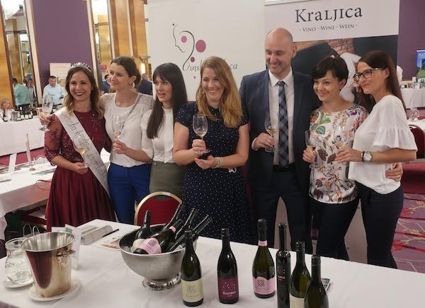 Potpredsjednik Vlade RH i ministar poljoprivrede Tomislav Tolušić s nekoliko županijskih Vinskih kraljica (Fotografija Miljenko Brezak / Oblizeki)