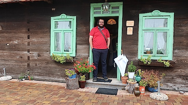 Marko Sušac na ulazu u svoj restoran August u restauriranoj drvenoj hiži Fotografija Miljenko Brezak / Oblizeki)