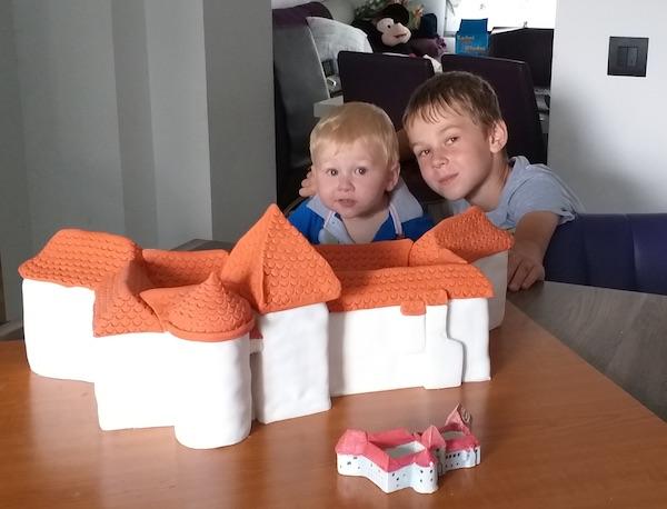Nikola i Petar s maminom tortom u nastajanju (Fotografija Nikolina Horvat Rabuzin / Oblizeki)